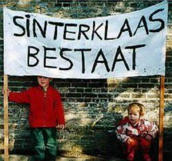 Kinderen met spandoek: Sinterklaas bestaat