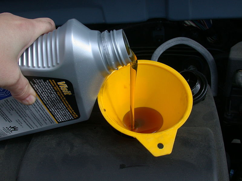 800px-Motor_oil_refill_with_funnel